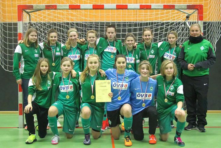 Die U 15-Juniorinnen des SV Werder holen den Hallentitel der B-Mädchen. (Foto: Dietmar Haß)