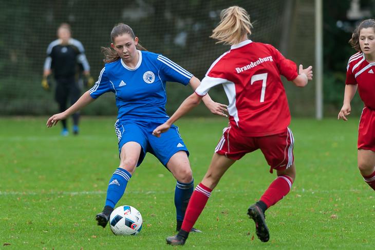 Pia Siegel (l.) behautet den Ball gegen Marlene Müller.