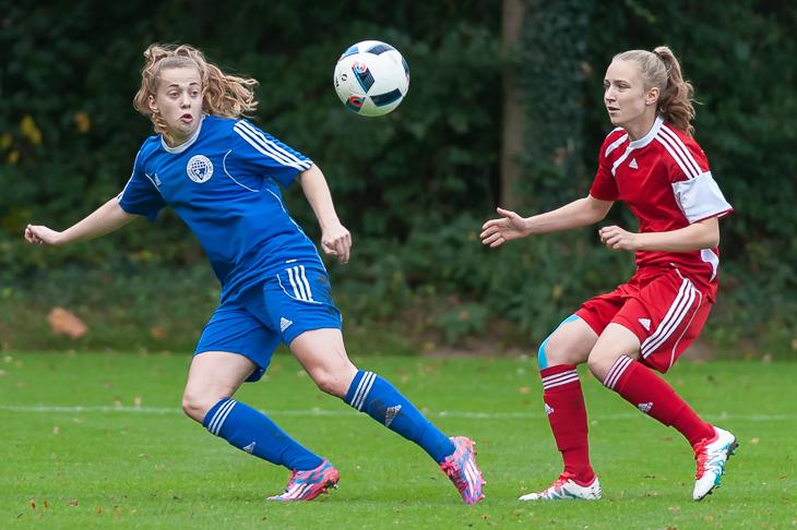 Nina Lührßen (l.) und Emily Grace Lehwald kämpfen um den Ball.