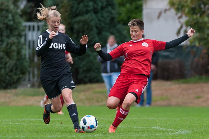 Nora Clausen (r.) erobert den Ball.