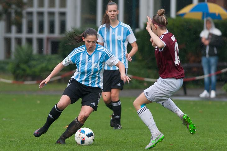 Pia Siegel (l.) behauptet den Ball gegen Luisa Daikeler.