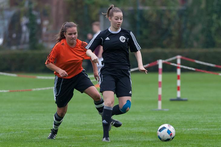 Ann-Cathrin Zabel (r.) treibt den Ball nach vorn.