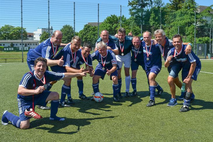 Die Ü 50-Senioren der Leher TS feiern ihren Sieg im Landesfinale. (Foto: Holger Franz)