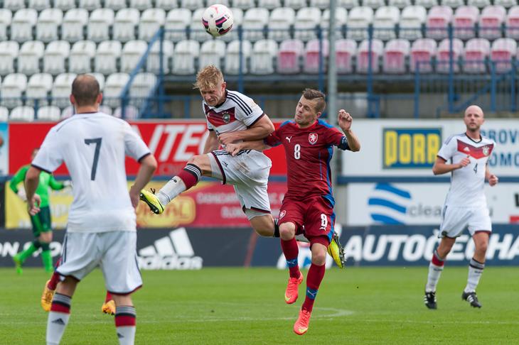 Sebastian Kmiec (l.) mit vollem Einsatz im Kopfballduell mit Lukas Kadorek.