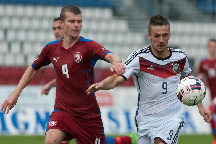 Tim Pendzich (r.) hat im Duell mit Jan Bubenik den Ball fest im Blick.
