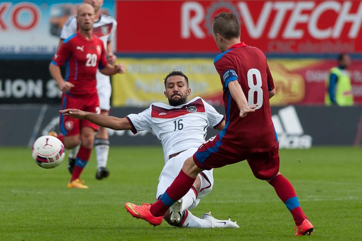 Firas Tayari (l.) erobert gegen Lukas Kadorek den Ball.
