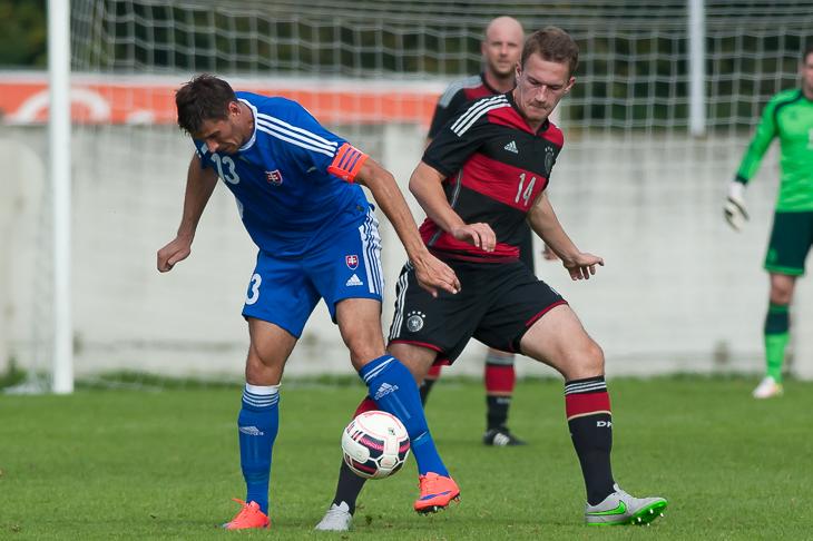 Timo Dressler (r.), hier im Duell mit dem slowakischen Kapitän Dmitrij Korman, spielte seine erste Turnierhalbzeit.