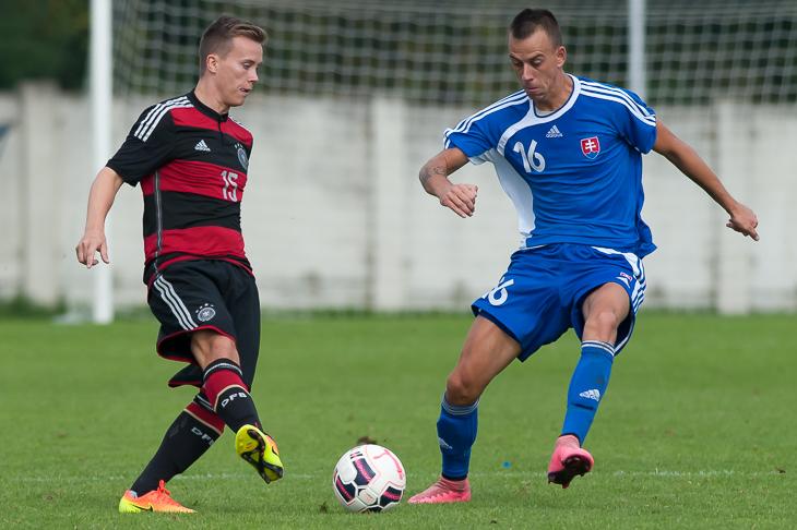 Marc-Patrick Tietjen behauptet den Ball vor Andrej Turancik. (Fotos: Oliver Baumgart)