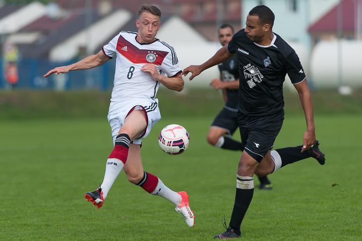 Sebastian Kurkiewicz und Alon Levi kämpfen um den Ball.