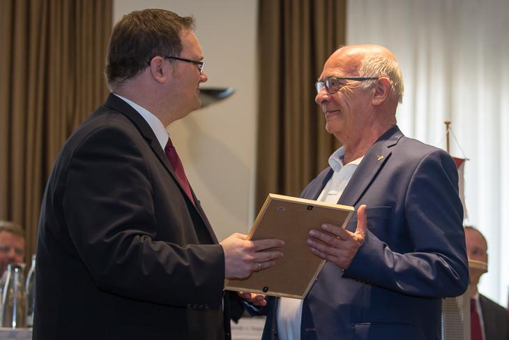 Klaus-Dieter Fischer (r.) wurde vom Verbandtag zum Ehrenmitglied ernannt und nahm als erstes die Glückwünsche von Björn Fecker entgegen. (Fotos: dgphoto.de)