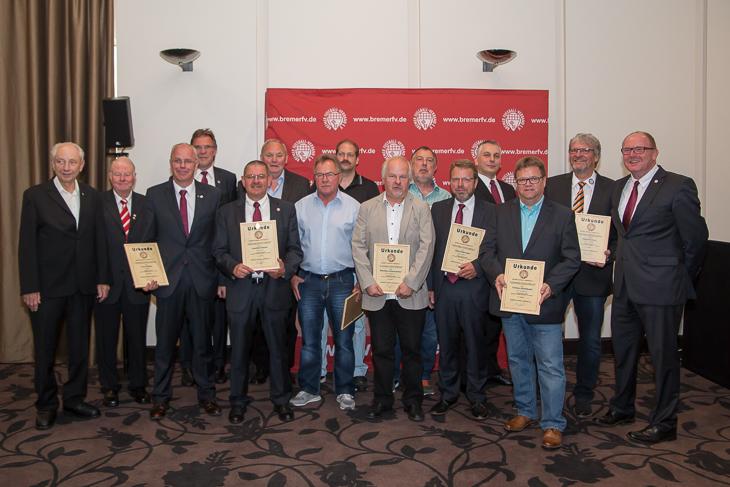 Mit der Goldenen Ehrennadel wurden zahlreiche Mitarbeiter ausgezeichnet.