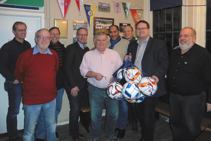 Die Verantwortlichen des Bremer SV freuten sich über den Besuch von Björn Fecker (2.v.r.) und Henry Bischoff (4.v.l.). (Foto: Jens Dortmann)