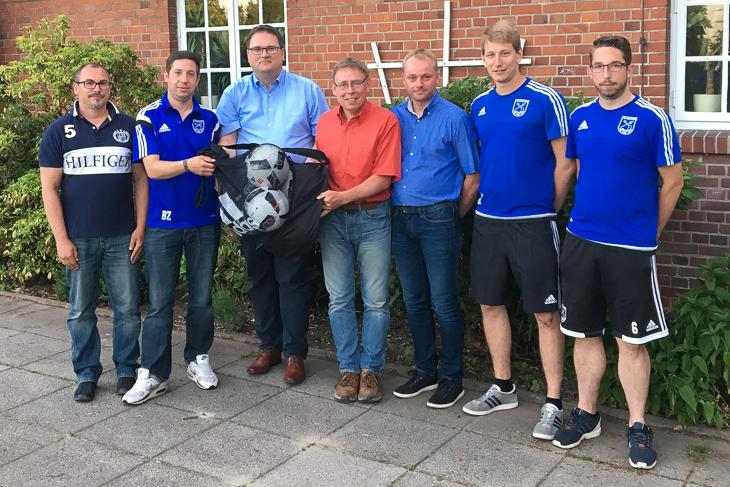 Die TSV Farge-Rekum freute sich über den Besuch von Björn Fecker (3.v.l.). (Foto: Gero Groenhoff)