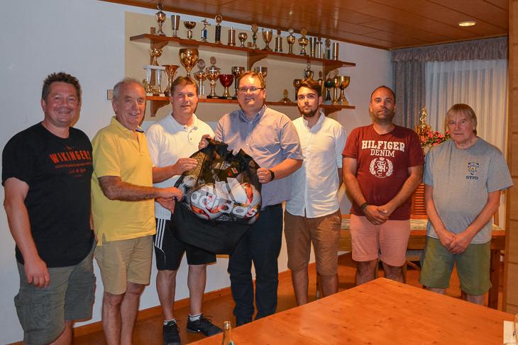 """Björn Fecker (m.) und Dieter Stumpe (2.v.l.) besuchten den TSV Grolland zum """"Vereinsdialog"""". (Foto: Gero Groenhoff)"""