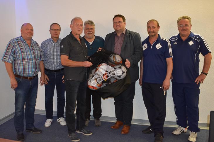 Der FC Huchting freute sich über den Besuch von Björn Fecker (3.v.r.) und Henry Bischoff (2.v.l.) im Rahmen des Vereinsdialogs. (Foto: Gero Groenhoff)