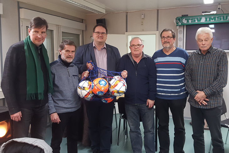 Mit dem Vorstand des TSV Imsum tauschte sich BFV-Präsident Björn Fecker (3.v.l.) aus. (Foto: Marcel Menslage)