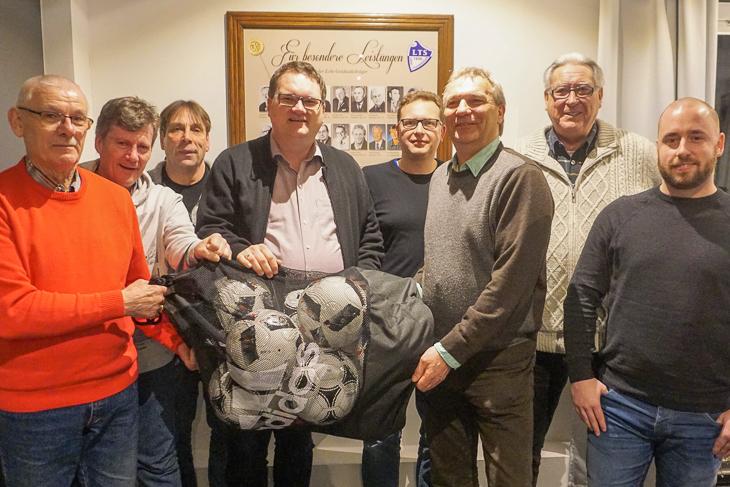 Die Leher TS freute sich über den Besuch von BFV-Präsident Björn Fecker (4.v.l.). (Foto: Volker Schmidt)
