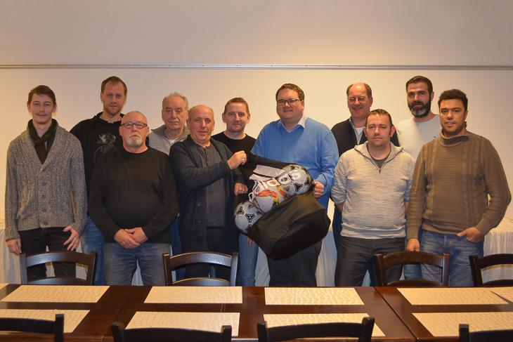 BFV-Präsident Björn Fecker (5.v.r.) und sein Vizepräsident Dieter Stumpe (4.v.l.) wurden von der SG Marßel herzlich empfangen. (Foto: Gero Groenhoff)