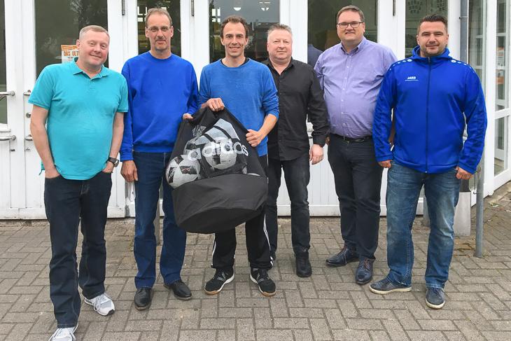 BFV-Präsident Björn Fecker (2.v.r.) tauschte sich mit dem Vorstand des SVGO aus und überreichte dem Verein einen prallgefüllten Ballsack. (Foto: Gero Groenhoff)