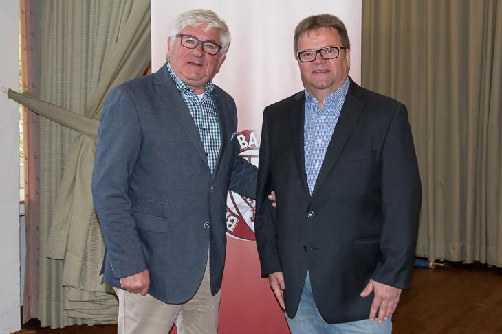BFV-Vizepräsident Wolfgang Kasper (l.) beglückwünschte Torsten Rischbode als einer der ersten zur Wiederwahl. (Foto: Oliver Baumgart)