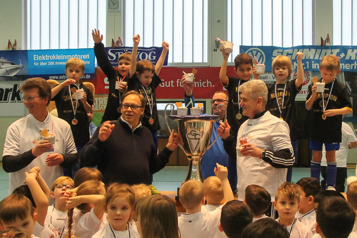 Der Pokal für den Sieger der unteren G-Junioren wird übergeben. (Fotos: Ralf Krönke)
