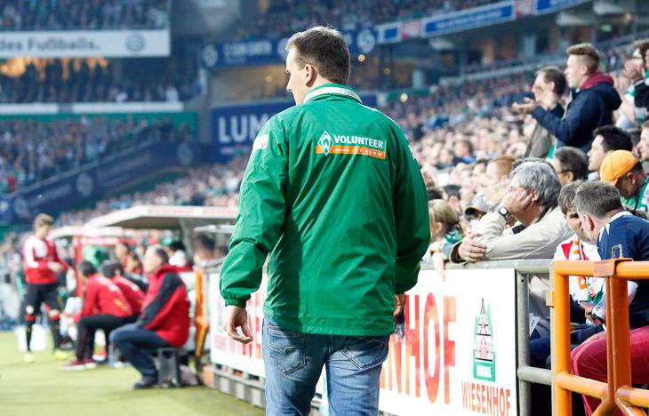 Werder-Volunteers erhalten Einblicke unmittelbar vom Spielfeldrand. (Foto: WERDER.DE)