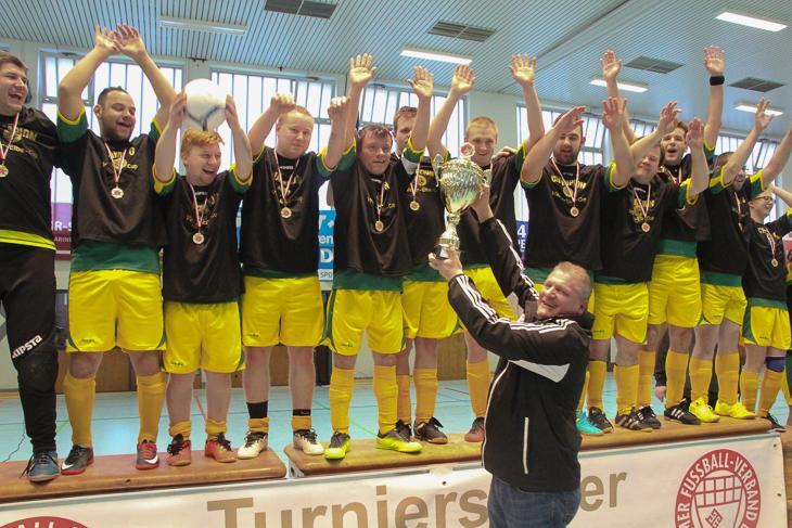 Heiko Grube von Seefischhandelsgesellschaft Rheinland ehrte die Sieger beim Turnier für Menschen mit Behinderung.