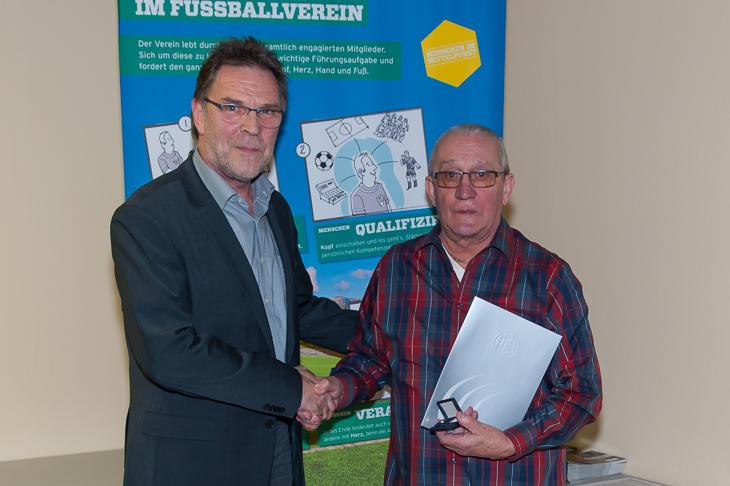 Günter H. Hesse (r.) wurde von BFV-Vizepräsident Michael Grell mit der DFB-Verdienstnadel ausgezeichnet.