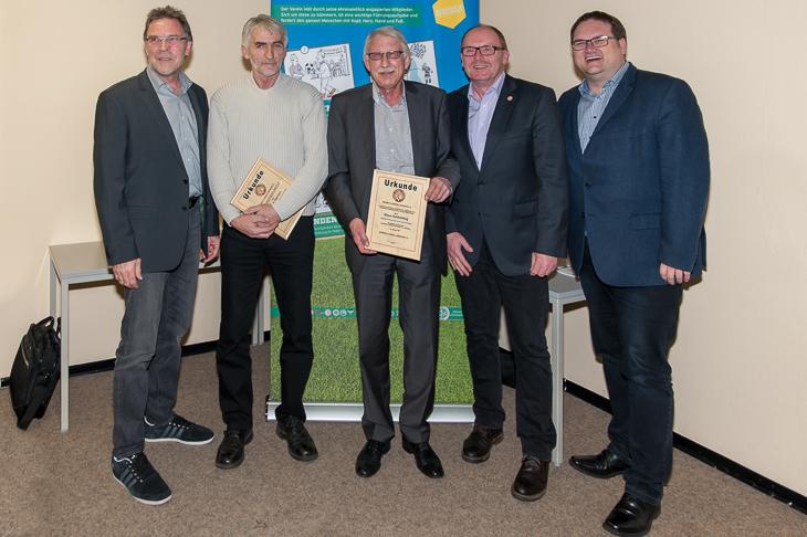 Klaus Schlichting (m.) und Rainer Hamann (2.v.l.) wurde von Michael Grell (l.), Björn Fecker (r.) und Axel Zielinski die silberne Ehrennadel des BFV überreicht.