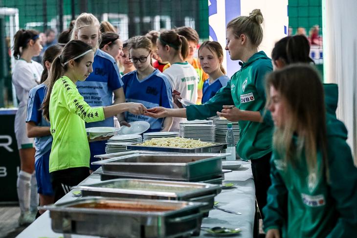 Die Werder-Frauen im Einsatz bei der Essensausgabe. Die erste Mannschaft des FC Union 60 erringt den dritten Platz. (Foto: Sven Peter)