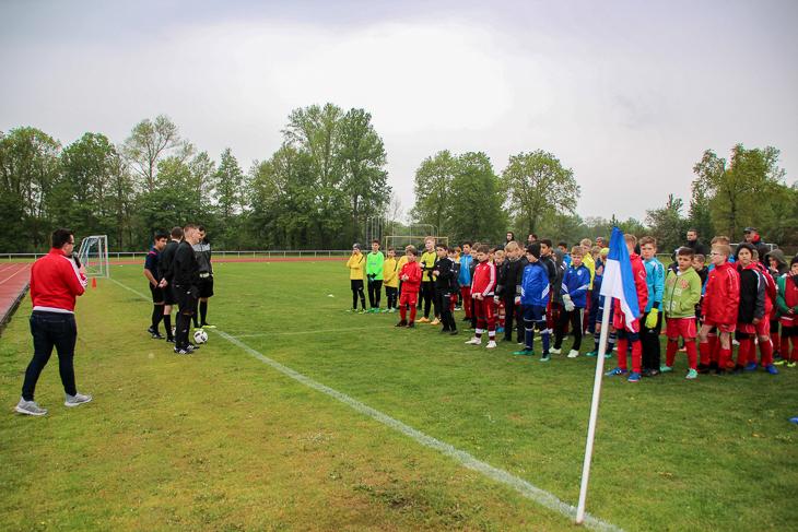 Niklas Blome vom Verbandsjugendausschuss begrüßt die Mannschaften.