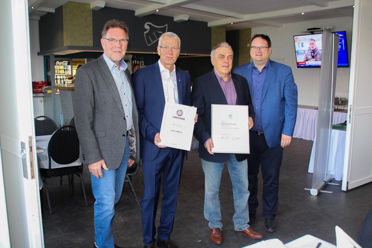 BFV-Vize Michael Grell (ganz links) und BFV-Präsident Björn Fecker (ganz rechts) zusammen mit den geehrten Jürgen Fahlbusch (2 v.l.) und Friedhelm Erlach (2 v.r.). (Foto: Ralf Krönke)