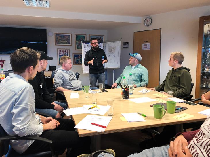 Workshop-Leiter Linus Edwards von der Bremer Sportjugend vermittelt den jungen Helden ein paar Social Skills. (Foto: David Dischinger)