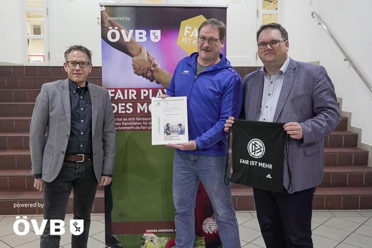 Stefan Ziegler von der ÖVB (links) und BFV-Präsident Björn Fecker (rechts) gratulieren dem Fair Player Holger Ulbrich (Mitte). (Foto: David Dischinger)