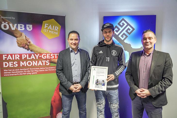 BFV-Vizepräsident Holger Franz (von links), Fair Play-Preisträger Daniel Trojahn und Markus Kedzierski von der ÖVB bei der Urkundenübergabe im November 2019. (Foto: David Dischinger)