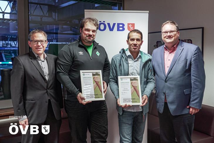 Stefan Ziegler von der ÖVB (von links nach rechts), die Preisträger Mathias Einemann und Taner Göcer sowie BFV-Präsident Björn Fecker bei der Ehrung. (Foto: David Dischinger)