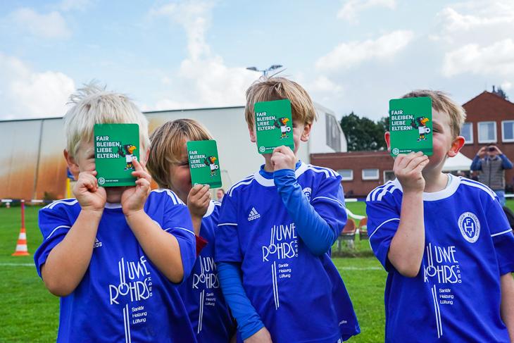 Die Kids vom Habenhauser FV zeigen die grünen Karten. (Foto: David Dischinger)