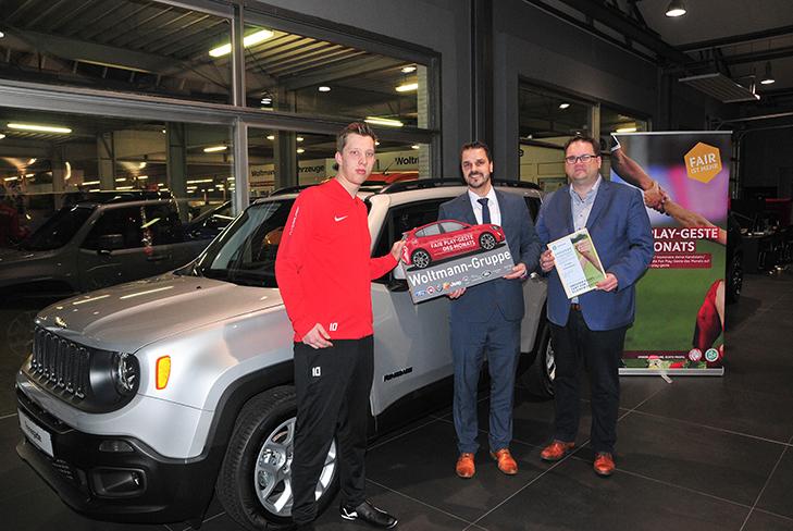 Nils Lippka, Jan Karow (Verkaufsleiter Fiat und Abarth, Woltmann-Gruppe) und BFV-Präsident Björn Fecker (v.l.) trafen sich zur Preisübergabe bei der Woltmann-Gruppe. (Foto: David Dischinger)