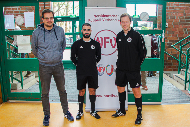 Sebastian Störer (links) zusammen mit den BFV-Schiedsrichtern Mohammed Chabo (Mitte) und Tobias Mañasco (rechts). (Foto: Ralf Krönke)