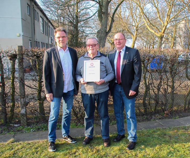 Werner Hegerfeld (Mitte) von Galatasaray Bremerhaven erhielt die silberne Ehrennadel. BFV-Vize Michael Grell (l.) und Axel Zielinski (r.) gratulieren. (Alle Fotos: Ralf Krönke)
