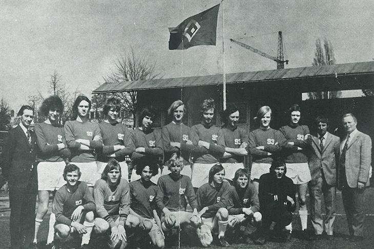 Der TuS Bremerhaven 93 holte sich nicht nur die erste BFV-Landesmeisterschaft 1951, sondern sammelte auch weitere Meisterschaften in der Folge. Hier: 1972 mit einem eher ungewöhnlichen Hintergrund. (Foto: Archiv)