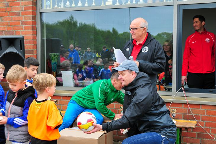 Leer ging hier niemand aus. Alle Kinder bekamen einen Pokal und jedes Team einen Ball. (Alle Fotos: David Dischinger)