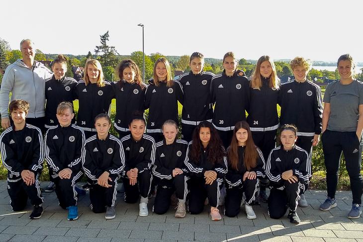 Die Bremer U14-Juniorinnen mit Trainer Thorsten Westenberger (links) und Co-Trainerin Joanna Wolf.