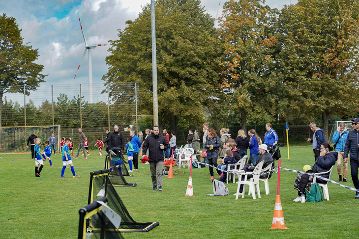 Eltern, Trainer und Interessierte schauten den Kindern beim Spielen zu. (Foto: David Dischinger)
