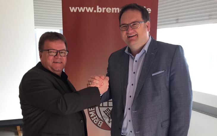 BFV-Präsident Björn Fecker (rechts) gratuliert dem alten und neuen Vorsitzenden des Verbandsschiedsrichterausschusses Torsten Rischbode. (Foto: Gero Groenhoff)