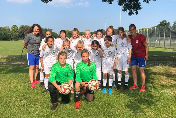 Die Spielerinnen und Trainerinnen der U 12-Juniorinnen. (Foto: privat)