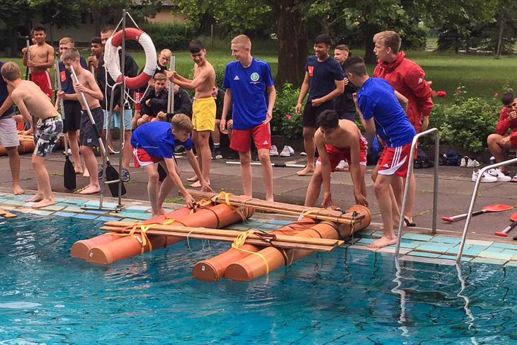 Am freien Tag mussten die Jungs ein Floß bauen. (Foto: Sven Meinecke)