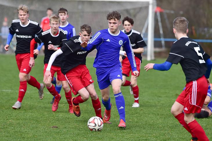 Viele können dem jungen Bremer U16-Talent nur hinterherschauen. (Foto: Foto Gettschat)