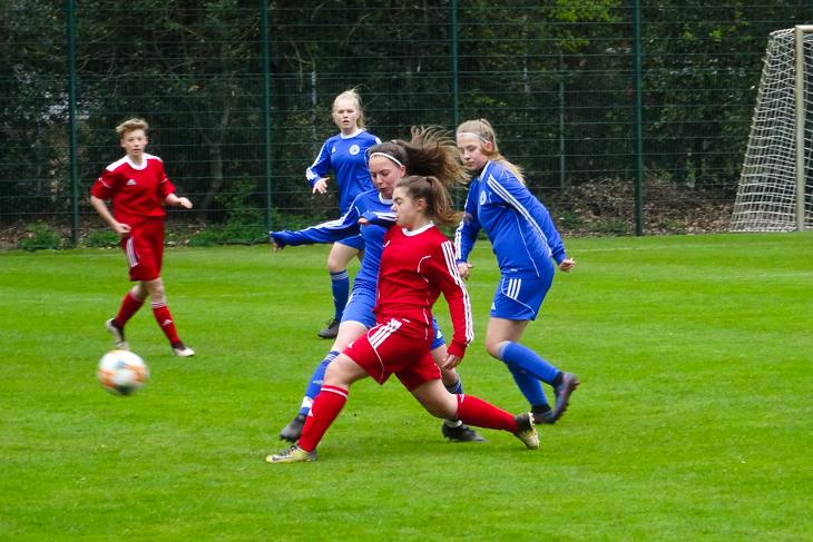Leonie Kreutel und Anneke Johanns wollen unbedingt den Ball; im Hintergrund lauert Mara Sommer.