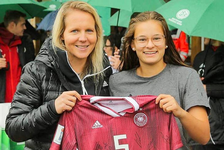 Tuana Keles (rechts) wurde beste Spielerin des Turniers und bekam von der U 17-Nationaltrainerin Friederike Kromp ein signiertes Trikot überreicht. (Foto: privat)